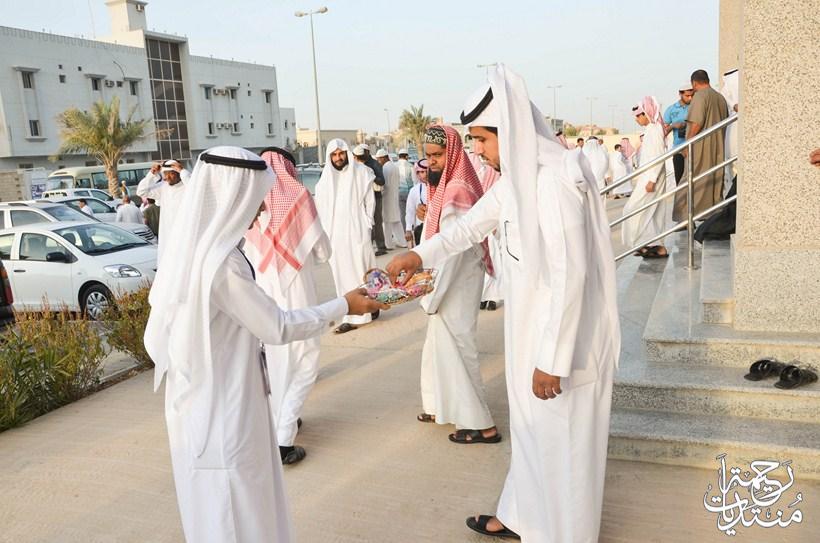 بالصور نادي رحيمة التطوعي يعايد